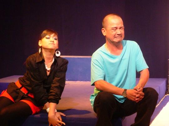 NS Hoàng Sơn và diễn viên Kim Phụng (con gái NSUT Kim Tử Long) trên sân khấu kịch Sài Gòn