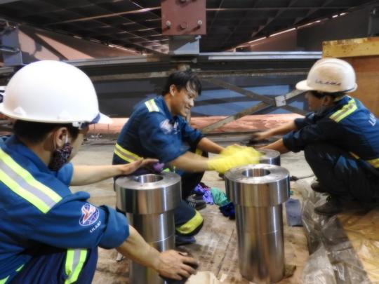 Công nhân nhà máy thủy điện Lai Châu đang khẩn trương là việc, lắp đặt thiết bị tổ máy thứ 2, thứ 3 để hoàn thành phát điện 2 tổ máy này trong năm 2016