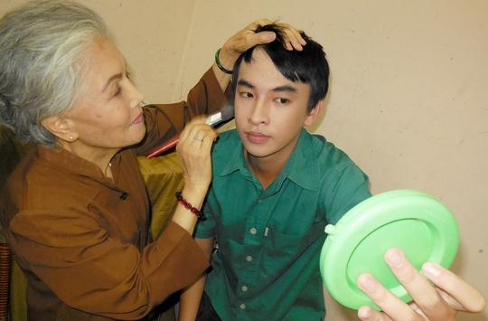 Sầu nữ Út Bạch Lan hóa trang cho diễn viên Huỳnh Quý - một trong 12 thí sinh đang tham gia chương trình Học viện danh hài VTV 6.