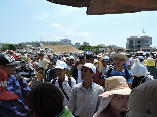 Cảnh hành khách ở Lý Sơn chen lấn mua vé và xuống tàu vào đất liền trong những ngày qua.