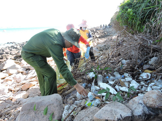 Năm vào cũng vậy, cứ vào mùa gió chướng (từ tháng 11 năm trước đến tháng 4 năm sau), nhiều bãi biển ở huyện Côn Đảo (tỉnh Bà Rịa-Vũng Tàu) trở thành bãi rác với hàng tấn rác thải từ đại dương trôi dạt về.