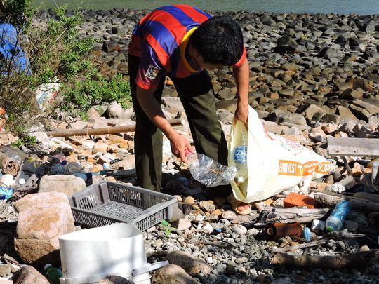 Rác thải ở đây chủ yếu là rác khó phân huỷ như vỏ chai thuỷ tinh, can nhựa, mảnh xốp, lưới đánh cá và giày dép tấp vào bãi đá. Khi thuỷ triều lên rác theo nước chảy vào khu rừng ngập mặn của một số bãi ở Hòn Bảy Cạnh, thậm chí nhiều bãi ở Côn Sơn cũng tràn ngập rác.