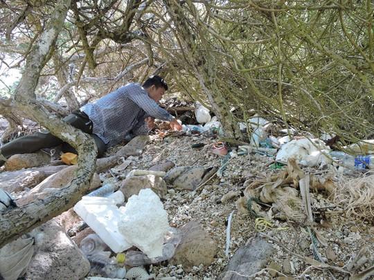 Mặc dù kiểm lâm cũng đã triển khai thu gom thường xuyên, nhưng lượng rác quá lớn nên không thể xử lý được.