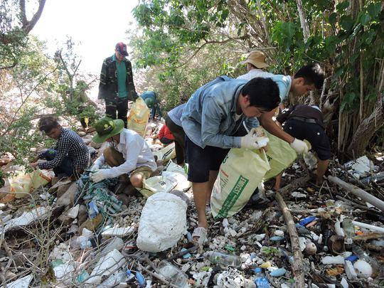 Hàng năm, Ban quản lý rừng Quốc gia Côn Đảo đều cử lực lượng tiến hành thu gom, nhưng chỉ sau vài ngày rác lại trôi dạt vướng vào thân cây, rễ cây trắng xoá dọc các bãi.