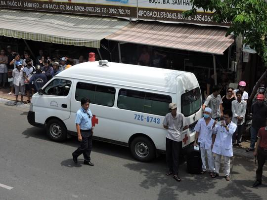 Xe cấp cứu đứng phía dưới đề chờ đưa nạn nhân vào bệnh viện