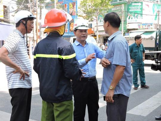 Ông Mai Ngọc Thuận - Bí thư thành ủy Vũng Tàu chỉ đạo lực lượng phong tỏa hiện trường sau khi đưa hai nạn nhân ra khỏi giàn giáo