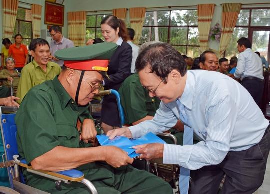 Đại diện MB thăm hỏi và trao quà cho các thương bệnh binh tại Trung tâm Điều dưỡng Thương binh, người có công Long Đất (tỉnh Bà Rịa - Vũng Tàu) Ảnh: MINH ANH