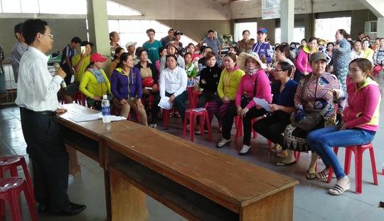 Lãnh đạo Công viên Văn hóa An Hòa trong một lần trả lời thắc mắc của bà con tiểu thương