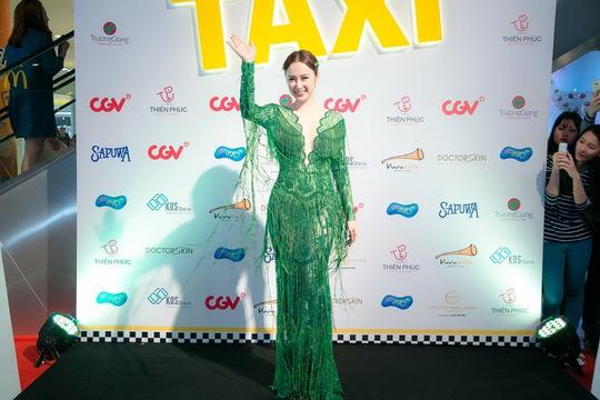 Angela Phương Trinh quyến rũ với đầm xanh