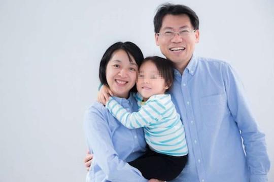 Bức ảnh gia đình được cô Wang đăng tải trên Facebook với lời nhắn: May mắn thay, mẹ đã có thể ôm con thật chặt và nói yêu con mỗi ngày. Ảnh: Claire Wang