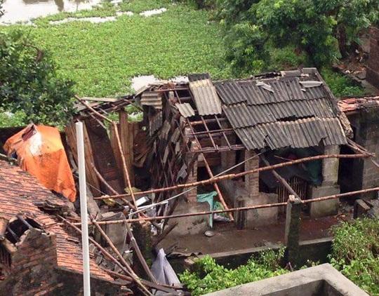 Một nhà dân bị ảnh hưởng nặng bởi giông lốc - Ảnh: CTV