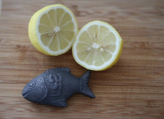 Bỏ con cá sắt vào nấu cùng thức ăn chưng 10 phút lấy ra cho một ít nước cốt chanh vào sẽ giúp hấp thụ sắt tốt hơn.
