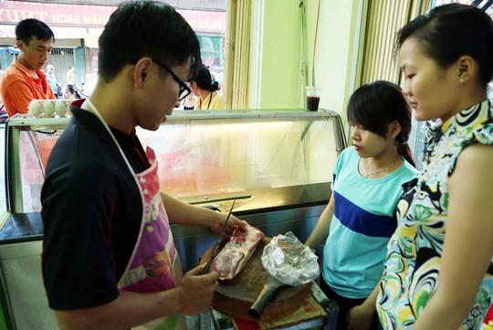 Người tiêu dùng mua thịt tại cửa hàng VietGAP của An Hạ - Ảnh: Chí Nhân