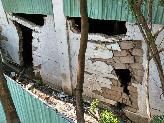 Nhiều đoạn tường gạch ở cầu vượt Nguyễn Hữu Cảnh đã bị nứt toác