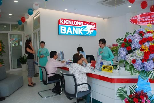 Khách hàng giao dịch tại KienlongBank chi nhánh Nhà Bè