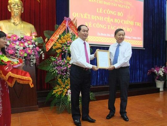 Chủ tịch nước Trần Đại Quang thay mặt Bộ Chính trị, chiều 30-7 trao Quyết định của Bộ Chính trị phân công Thượng tướng Tô Lâm