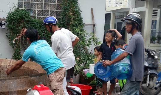 Có người còn mang cả bình lọc nước đã qua sử dụng đến lấy nước giếng về dùng.