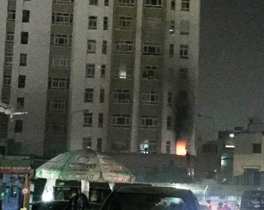 Lửa cháy bùng bùng từ căn nhà ở tầng M của chung cư