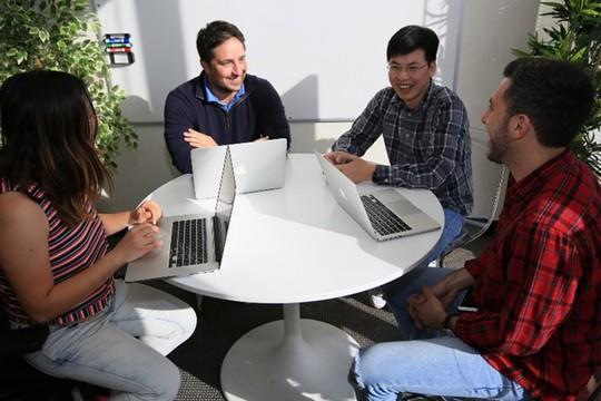Trần Việt Hùng (thứ 2 từ phải sang) cùng với các cộng sự tại trụ sở GotIt! ở thung lũng Silicon. Ảnh: Relan.