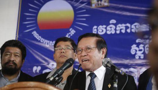 Ông Kem Sokha phát biểu trước hàng trăm người ủng hộ tại trụ sở CNRP sáng 9-9. Ảnh: The Phnom Penh Post