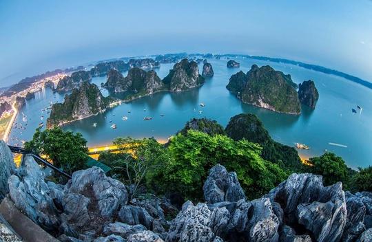 Vịnh Hạ Long nhìn từ đỉnh núi Bài Thơ. Ảnh: Phạm Vũ Trường