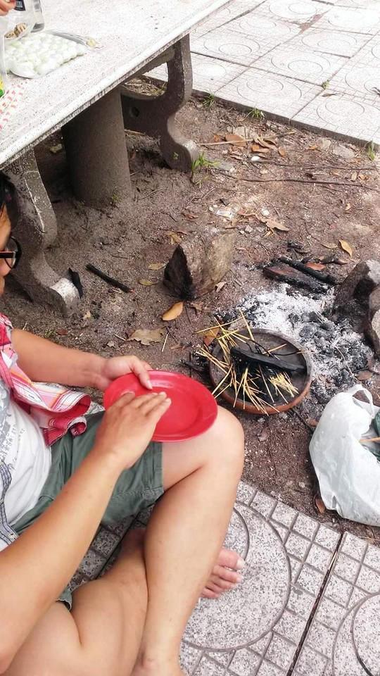 Nhóm lửa nấu ăn tại bãi cắm trại giữa rừng Hòn Bà được ghi lại vào ngày 22-2-2015
