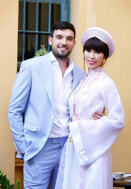 Ca sĩ Cindy Thái Tài đã tặng Hà Anh bộ áo dài mặc trong lễ hỏi.