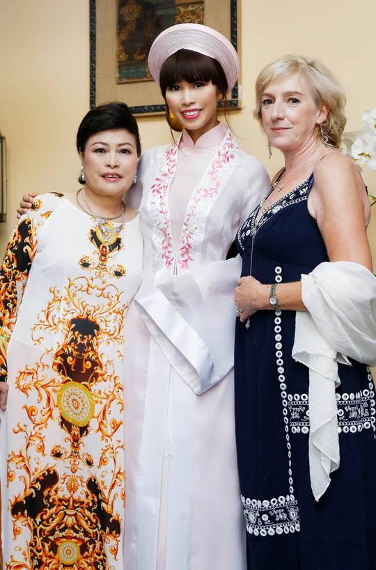 Hà Anh chụp hình với mẹ đẻ và mẹ chồng
