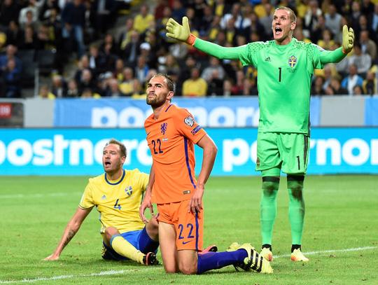 Hà Lan cũng chịu số phận tương tự khi để Thụy Điển cầm hòa 1-1
