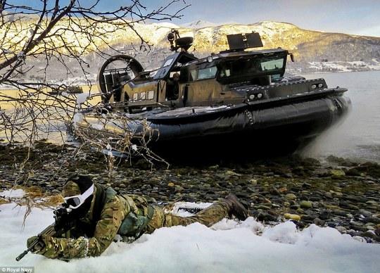 Những bức ảnh đoạt giải, chụp lại cảnh đổ bộ của lực lượng lính thủy đánh bộ và hải quân Hoàng gia Anh tại Na Uy. Ảnh: Hải quân hoàng gia Anh
