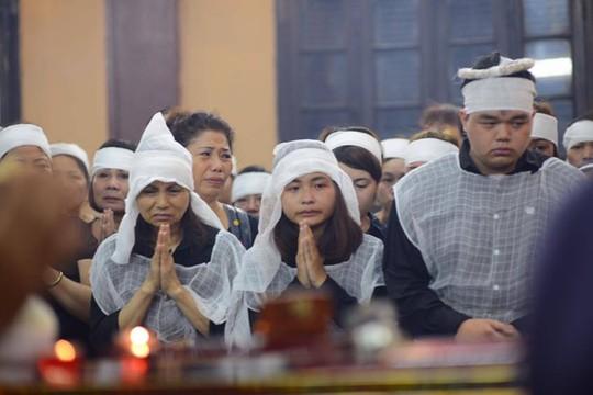 Vợ và hai con nghệ sĩ Hán Văn Tình gần như kiệt sức trong đám tang của ông