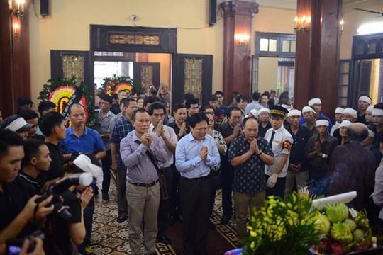 Thứ trưởng Bộ VH-TT-DL Vương Duy Biên tiễn đưa người đồng nghiệp về nơi an nghỉ cuối cùng