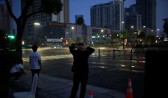 Nhân viên an ninh tuần tra trên đường phố... Ảnh: Reuters