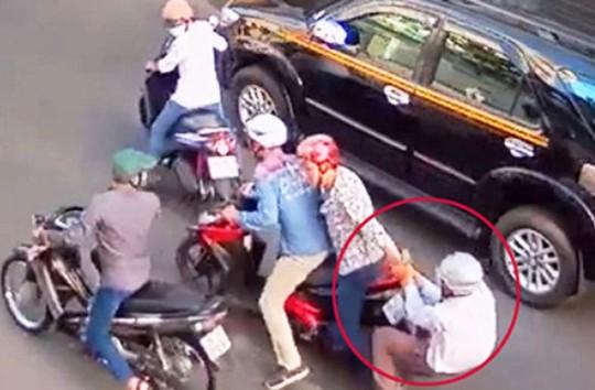 Một vụ cướp táo tợn trên đường phố TP HCM được camera ghi lại