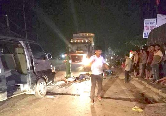 Hiện trường vụ tai nạn thảm khốc xe máy đấu đầu xe khách khiến 3 thanh niên tử vong