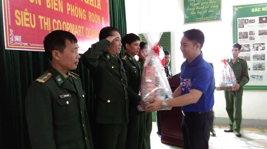 Anh Lý Minh Đăng - Giám đốc Co.opmart Quảng Bình trao quà cho cán bộ chiến sĩ Roòn có hoàn cảnh khó khăn