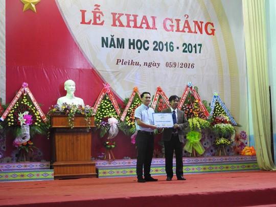 Ông Hoàng Đức Huy đại diện TransViet Group trao tặng phòng học internet cho trường THPT Dân tộc nội trú Gia Lai