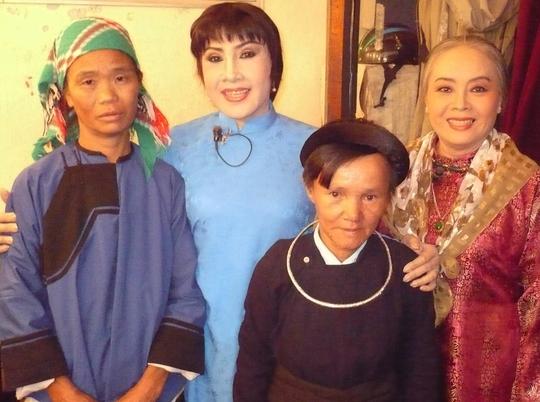 NSƯT Thanh Nguyệt, NSND Lệ Thủy và hai phụ nữ dân tộc thiểu số trong suất diễn của Sân khấu Vàng trao tặng nhà tình thương cho đồng bào nghèo.