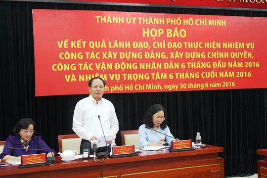 Ông Tất Thành Cang, Phó Bí thư Thường trực Thành ủy TP HCM, chủ trì buổi họp báo vào chiều 30-6