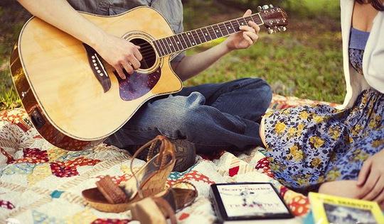 Ngày xưa, anh hay đàn cho tôi hát. Ảnh minh họa