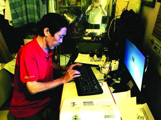 Nguyễn Phước Vĩnh Khánh miệt mài với công việc