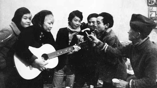 Một số thành viên trong ban nhạc gia đình của nghệ sĩ Ái Vân thời trước. (Ảnh tư liệu của tác giả)