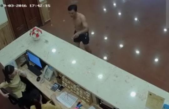Hình ảnh trích xuất từ camera, người đàn ông mặc quần đen giả dạng khách đến nhận chìa khóa phòng