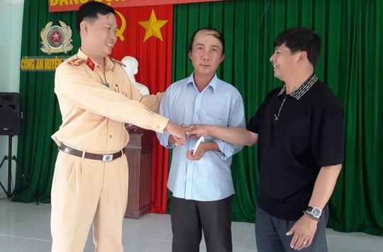 Ông Phan Duy Toàn (đứng giữa, tài xế xe khách) nhận được sự động viên, giúp đỡ của nhiều người Ảnh: Đình Thi