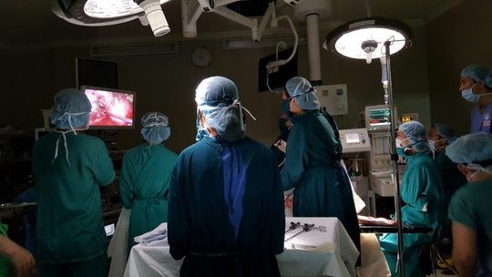 Ê kíp phẫu thuật của Bệnh viện Từ Dũ đang lấy khối thai khỏi cơ thể chị N. thông qua phương pháp mổ nội soi - ẢNH DO BỆNH VIỆN TỪ DŨ CUNG CẤP