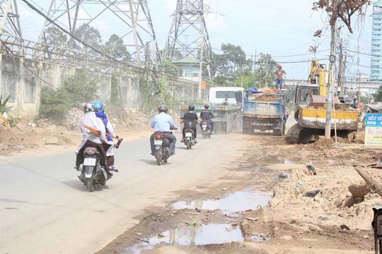 Đơn vị thi công không lập hàng rào ngăn cách với các phương tiện đang lưu thông trên đường số 2, phường Trường Thọ, quận Thủ Đức, TP HCM