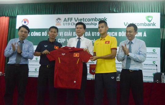 HLV Hoàng Anh Tuấn (thứ hai từ trái sang) nhận áo thi đấu của đội U19 Việt Nam trong lễ công bố nhà tài trợ chính Vietcombank Ảnh: NGUYỄN HƯỞNG