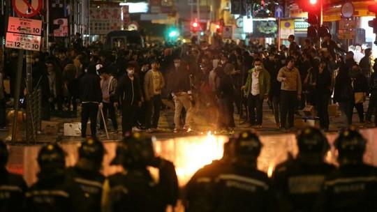 Người biểu tình đốt lửa tại một số con đường ở khu Mong Kok. Ảnh: SCMP