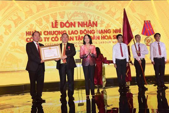 Bà Trương Thị Mai - Ủy viên Bộ Chính trị, Bí Thư Trung ương Đảng, Trưởng Ban Dân vận Trung ương - trao Huân chương lao động hạng nhì cho lãnh đạo Tập đoàn Hoa Sen. Ảnh: Hải Lê