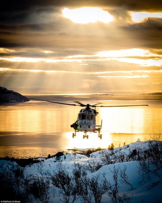 Trực thăng Hải quân Hoàng gia Anh tham gia tuần tra tại Na Uy. Ảnh: Daily Mail